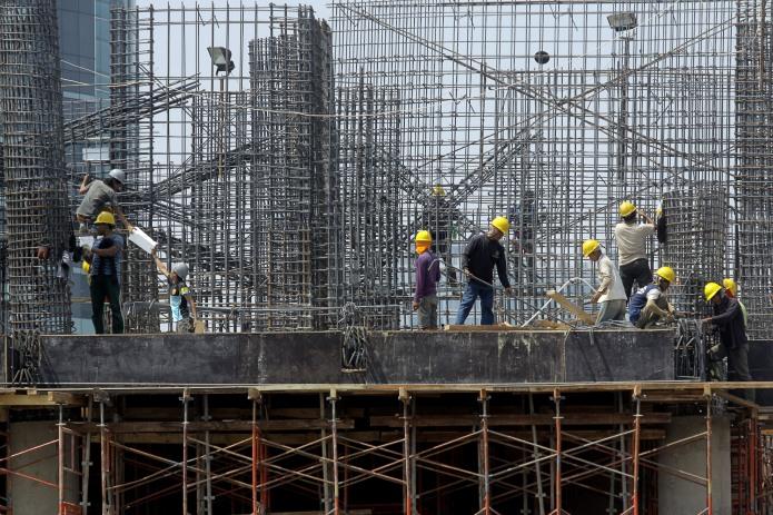Sejumlah Pekerja mengerjakan pembangunan gedung bertingkat di Jakarta, Selasa (16/9).
