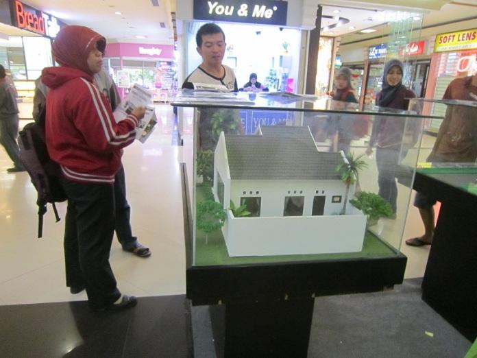 Pengunjung sedang memilih produk properti